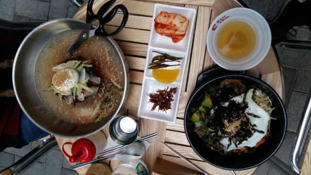 Dolsot Bibimbap en bowl de piedra y sopa de noodles con hielo